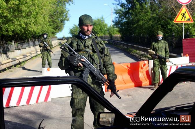 Никольский мост в Кинешме перекрыли люди в военной форме фото 8