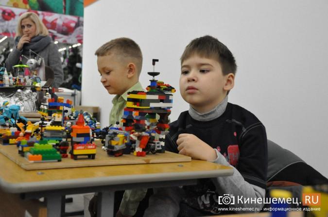 На лего-фестивале в Кинешме Владимира Путина запустили в космос фото 6