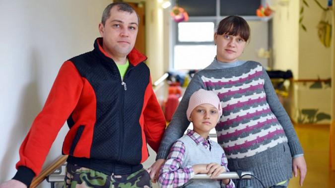 Настя с родителями Дарьей и Олегом Масловыми.