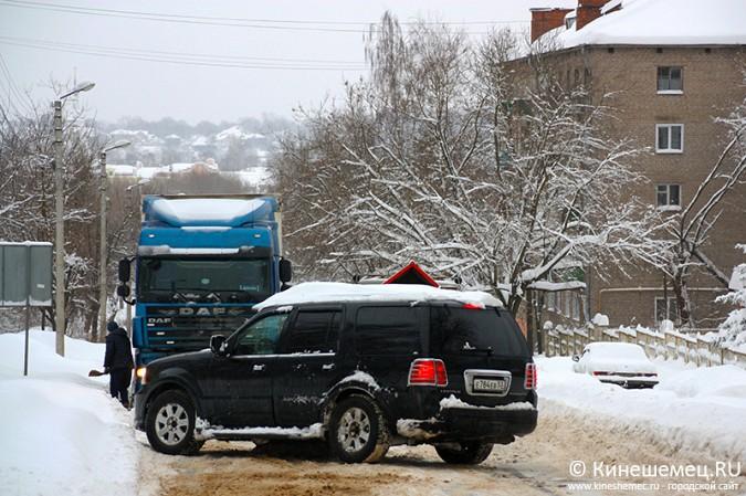 В Кинешме большегруз из Казахстана не смог въехать в заснеженную гору фото 5