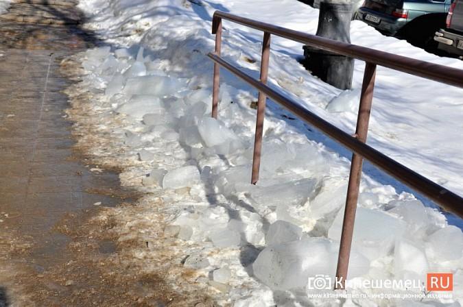 В Кинешме не считают нужным предупреждать горожан о ледяных глыбах на крышах фото 6