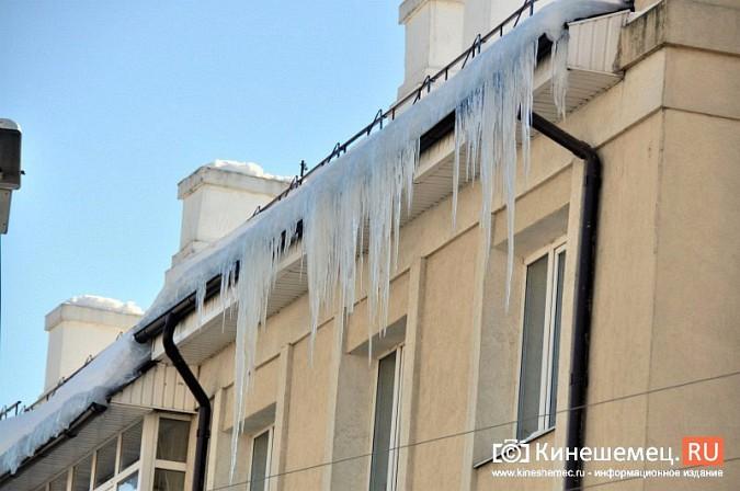 В Кинешме не считают нужным предупреждать горожан о ледяных глыбах на крышах фото 7