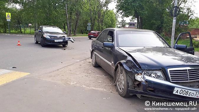 «Мерседес» протаранил «Тойоту» на перекрестке у театра в Кинешме фото 6