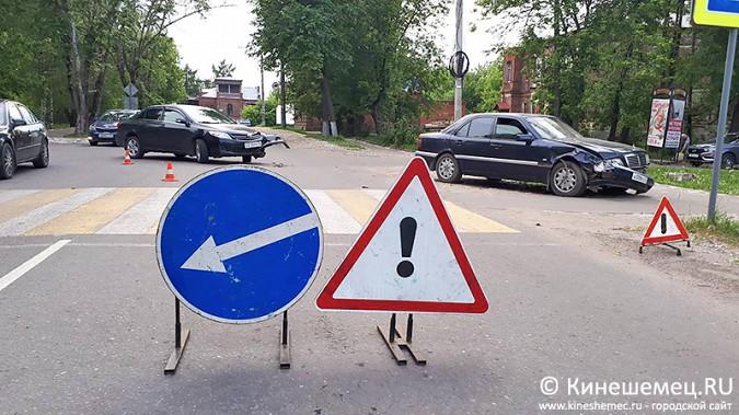 «Мерседес» протаранил «Тойоту» на перекрестке у театра в Кинешме фото 2