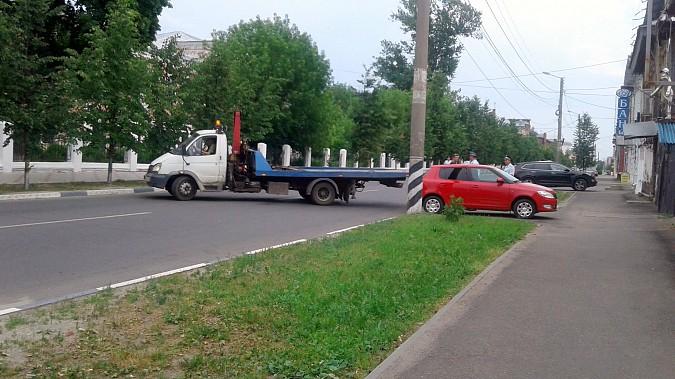 Автомобили из центра Кинешмы начали убирать эвакуатором фото 11