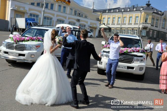 Центральная площадь Кинешмы становится местом свадебных гуляний фото 3