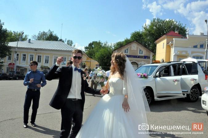 Центральная площадь Кинешмы становится местом свадебных гуляний фото 5