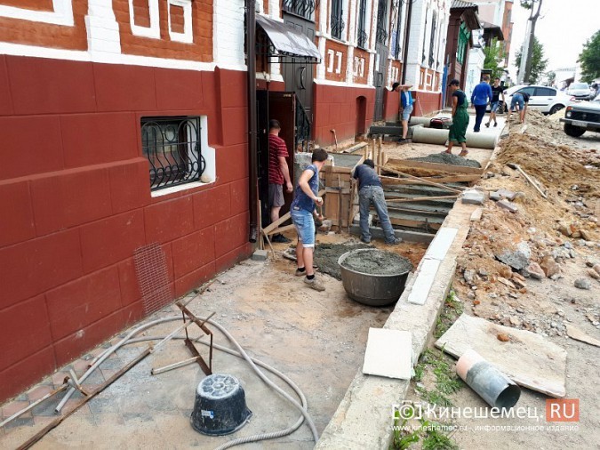 Александр Пахолков осмотрел ход ремонта тротуаров в центре Кинешмы фото 11