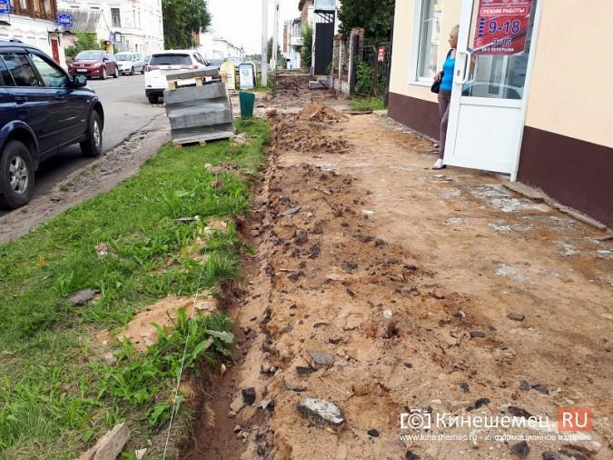 Александр Пахолков осмотрел ход ремонта тротуаров в центре Кинешмы фото 3