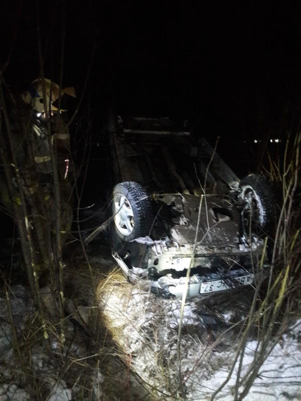 Водитель угодил в кювет и опрокинулся на авто в Старой Вичуге фото 2