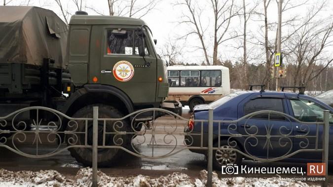 В Кинешме учебный «КамАЗ» въехал у пешеходника в «Renault Logan» фото 4