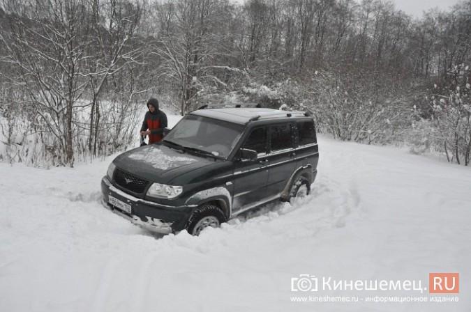 В кинешемском бору целый день вытаскивали из снега «УАЗ», испортивший лыжные трассы фото 7
