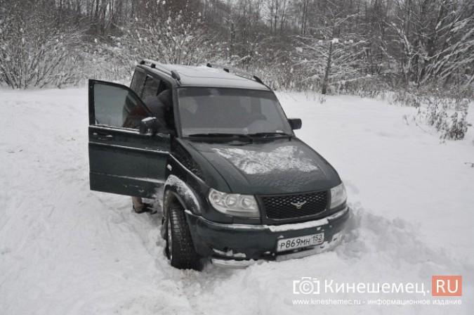 В кинешемском бору целый день вытаскивали из снега «УАЗ», испортивший лыжные трассы фото 6