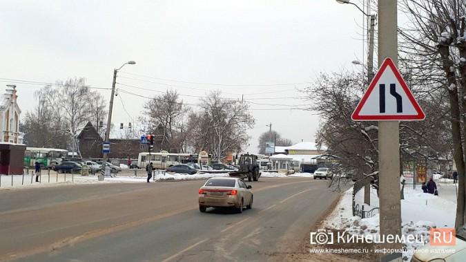 У ж/д вокзала установили дорожный знак, предупреждающий о сужении дороги фото 4
