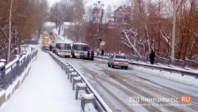 Из-за аварии на Никольском мосту все автомобили едут через Кузнецкий фото 2