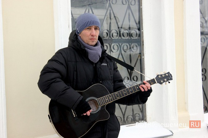 В центре Кинешмы для прохожих играет гитарист из Москвы фото 4