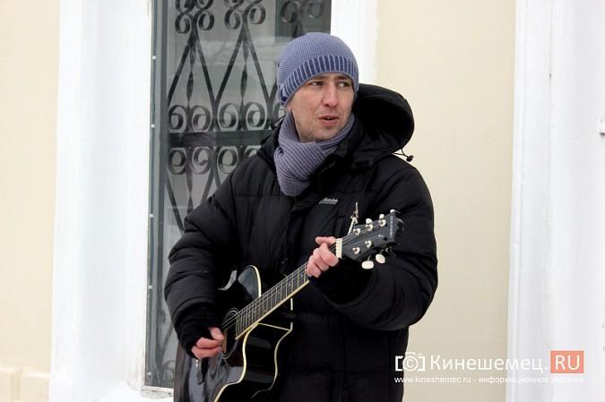 В центре Кинешмы для прохожих играет гитарист из Москвы фото 3