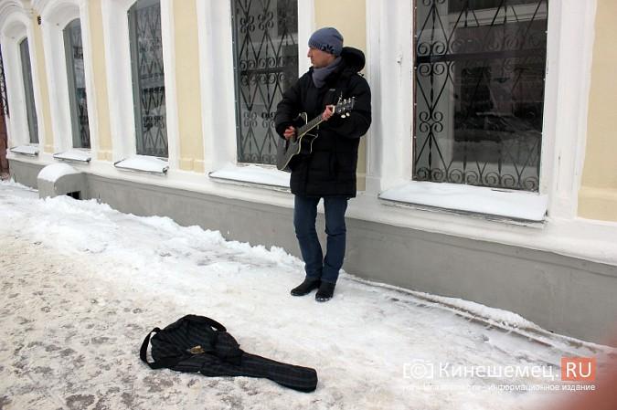 В центре Кинешмы для прохожих играет гитарист из Москвы фото 2