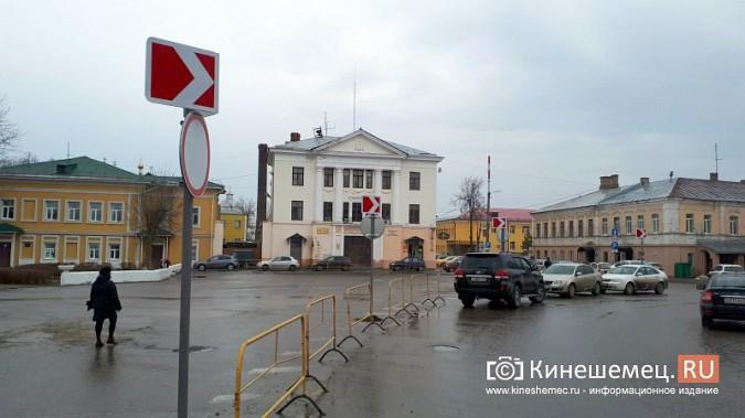 Бывшую парковку у памятника В.И.Ленину окружили запрещающими знаками фото 5