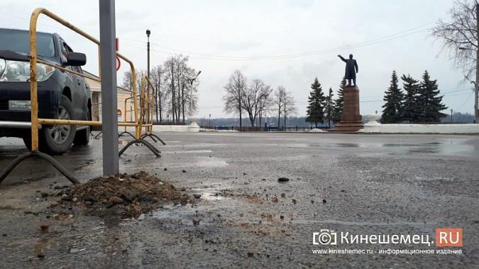 Бывшую парковку у памятника В.И.Ленину окружили запрещающими знаками фото 9