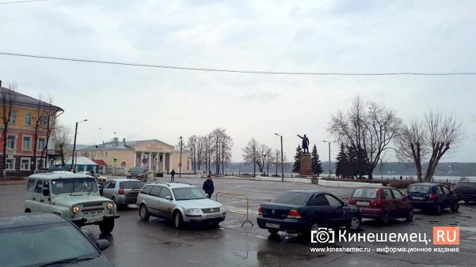 Бывшую парковку у памятника В.И.Ленину окружили запрещающими знаками фото 7