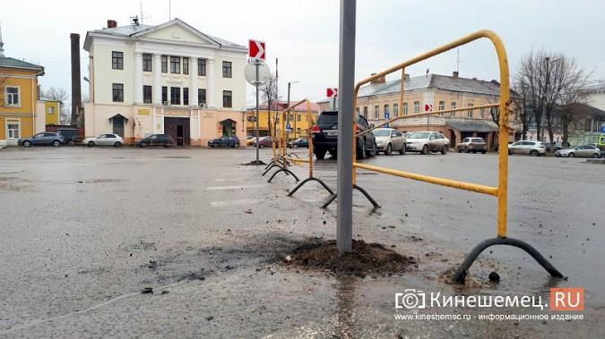 Бывшую парковку у памятника В.И.Ленину окружили запрещающими знаками фото 4