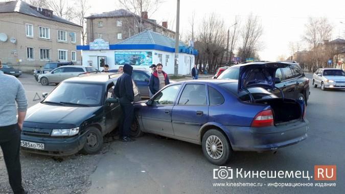 Сразу три автомобиля столкнулись на перекрестке улиц 50-летия Комсомола и Сеченова фото 3