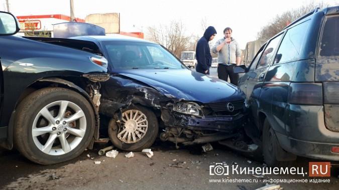 Сразу три автомобиля столкнулись на перекрестке улиц 50-летия Комсомола и Сеченова фото 2