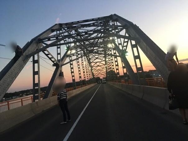 В Кинешме подростки забрались на арку Никольского моста фото 3
