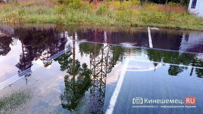 В Кинешме «тонет» и разваливается искусственное поле, на которое потратили 20 миллионов фото 8