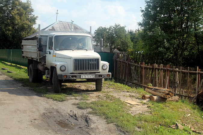 На улице Фомина сосед обустроил себе парковку для грузовика у дома напротив фото 3