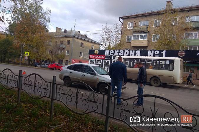У светофора на «Чкаловском» автоавария фото 3
