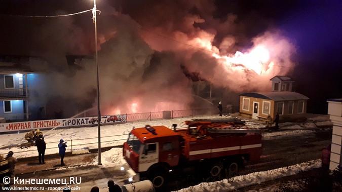 В Кинешме горит ТРК «Мирная пристань» фото 9