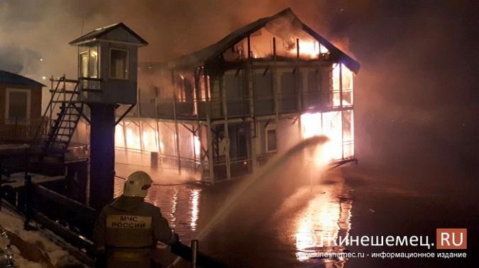 В Кинешме горит ТРК «Мирная пристань» фото 16