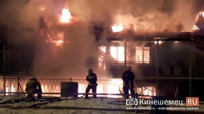 В Кинешме горит ТРК «Мирная пристань» фото 12