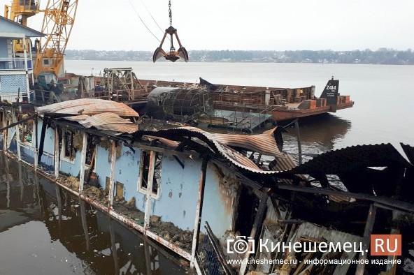 В Кинешме устраняют последствия пожара на «Мирной пристани» фото 3