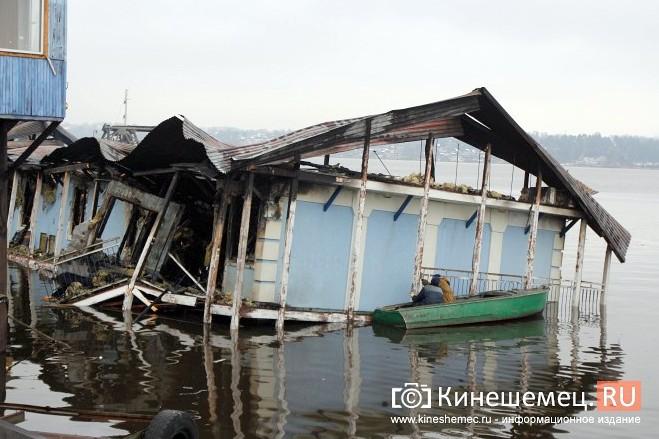 В Кинешме устраняют последствия пожара на «Мирной пристани» фото 7