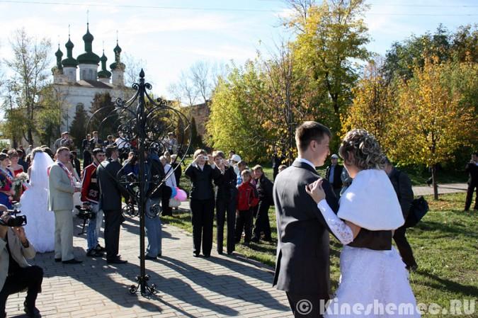 Мэрия Кинешмы дала указание срезать замки с «дерева любви» на Волжском бульваре фото 16