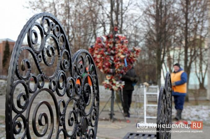 Мэрия Кинешмы дала указание срезать замки с «дерева любви» на Волжском бульваре фото 12