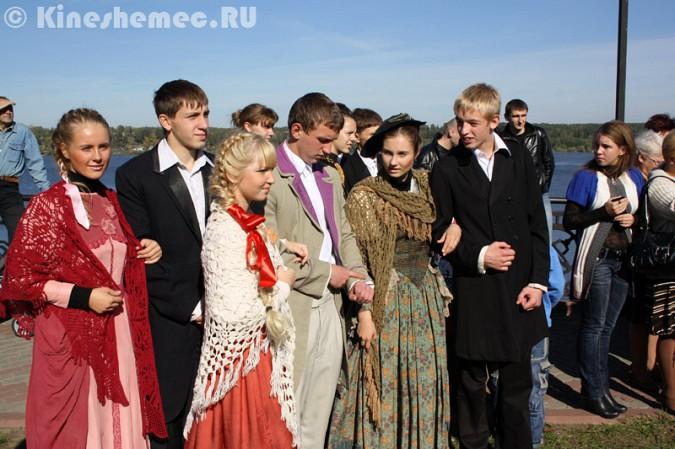Мэрия Кинешмы дала указание срезать замки с «дерева любви» на Волжском бульваре фото 20