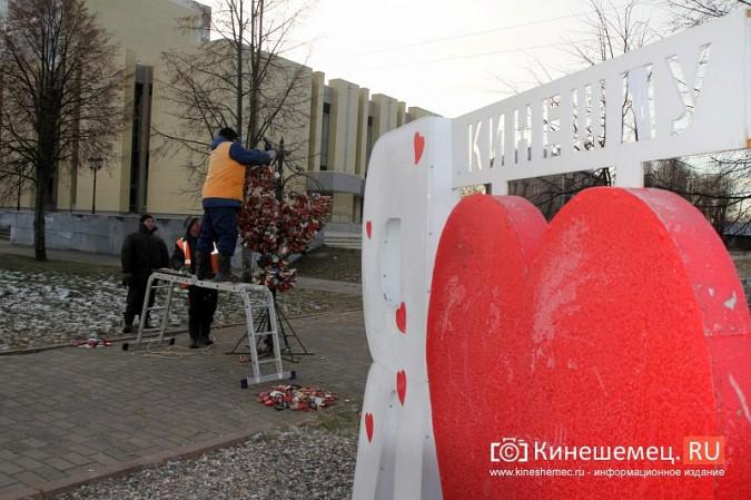 Мэрия Кинешмы дала указание срезать замки с «дерева любви» на Волжском бульваре фото 13