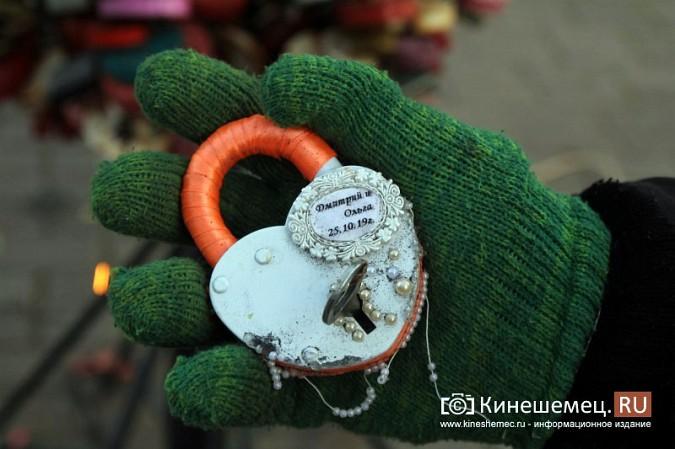 Мэрия Кинешмы дала указание срезать замки с «дерева любви» на Волжском бульваре фото 8