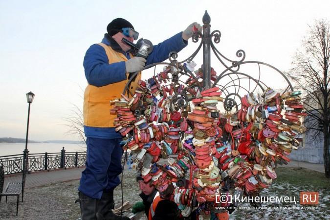 Мэрия Кинешмы дала указание срезать замки с «дерева любви» на Волжском бульваре фото 2