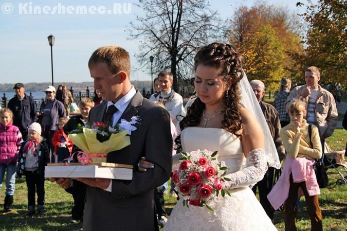 Мэрия Кинешмы дала указание срезать замки с «дерева любви» на Волжском бульваре фото 17