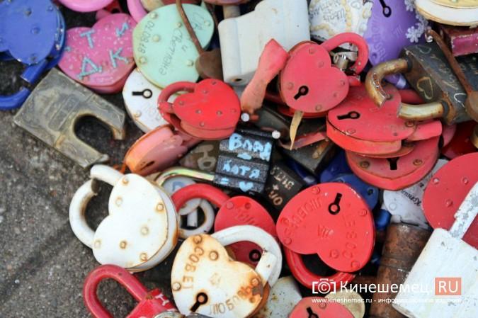 Мэрия Кинешмы дала указание срезать замки с «дерева любви» на Волжском бульваре фото 4