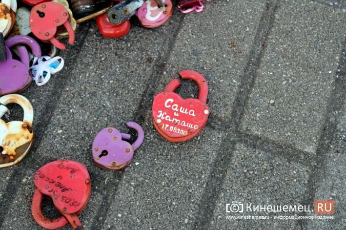 Мэрия Кинешмы дала указание срезать замки с «дерева любви» на Волжском бульваре фото 3