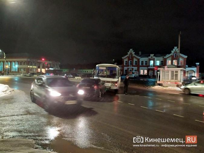 При выезде с кинешемского вокзала автобус врезался в иномарку фото 5