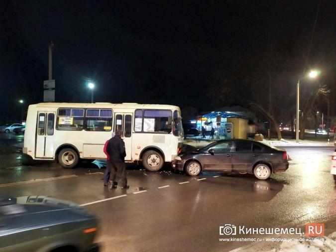 При выезде с кинешемского вокзала автобус врезался в иномарку фото 2