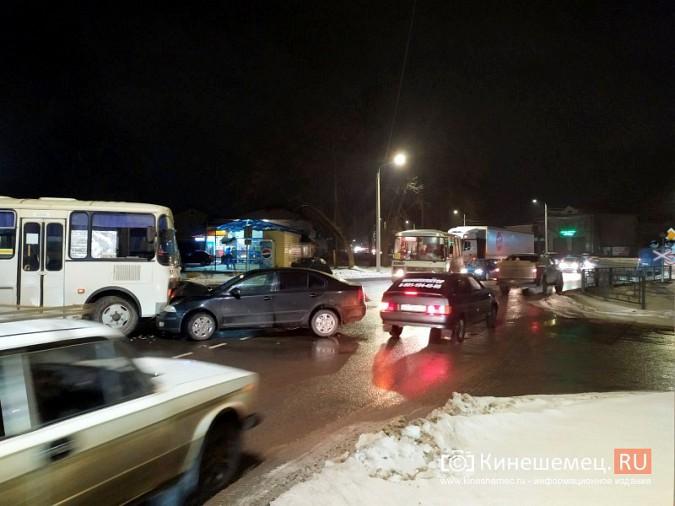 При выезде с кинешемского вокзала автобус врезался в иномарку фото 3