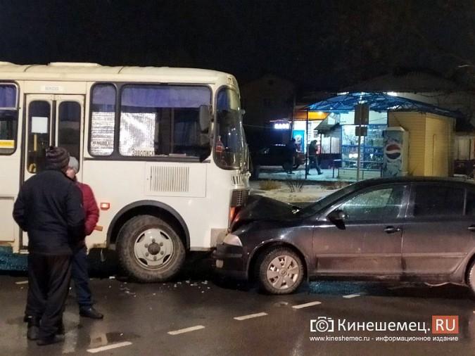 При выезде с кинешемского вокзала автобус врезался в иномарку фото 4